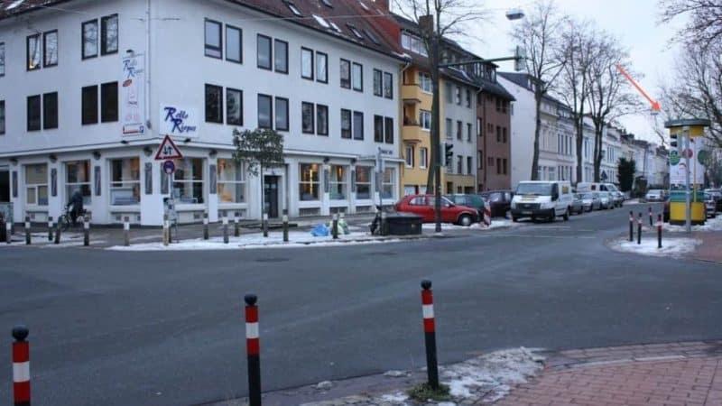 Sonnenschutz Händler aus Grasberg wirbt vor den Türen von Rollo Rieper für Kooperation