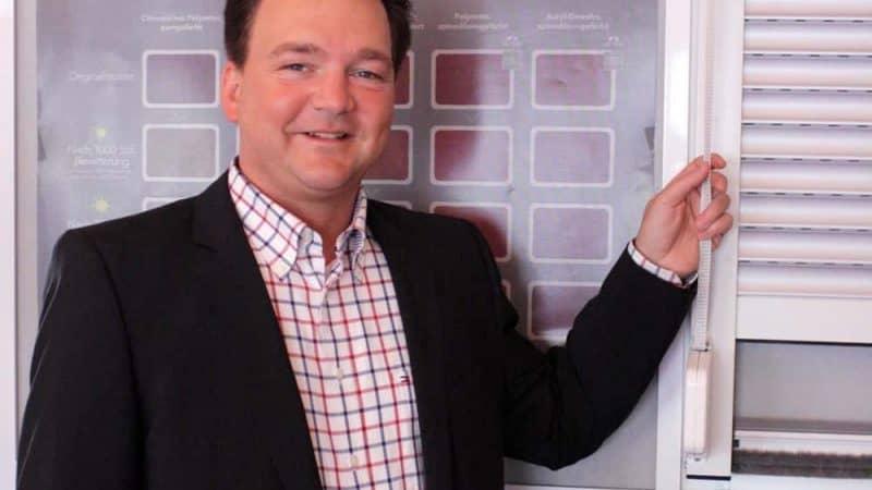 Rouven Rieper trägt seine Erfahrungen zum Thema Social Media und Social Commerce vor