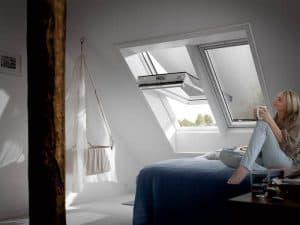 VELUX Hitzeschutzmarkise mit Haltekrallen zur manuellen Montage von Rollo Rieper