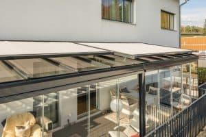 verglastes Gartenzimmer mit Beschattung nach Maß von Rollo Rieper