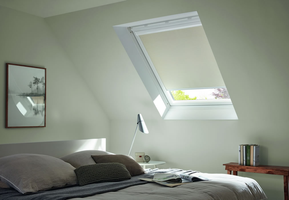dachfl chen verdunkelungsrollos f r velux und roto fenster. Black Bedroom Furniture Sets. Home Design Ideas